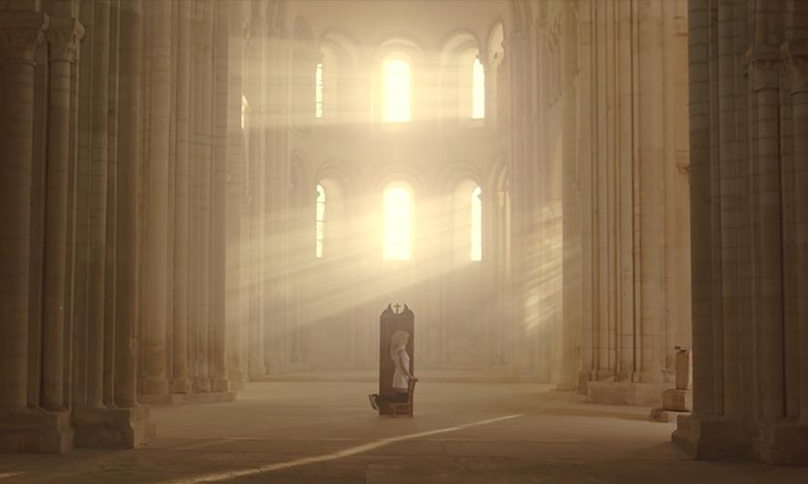 Isia Marie sur le tournage du clip Possédée, dans une église à Caen