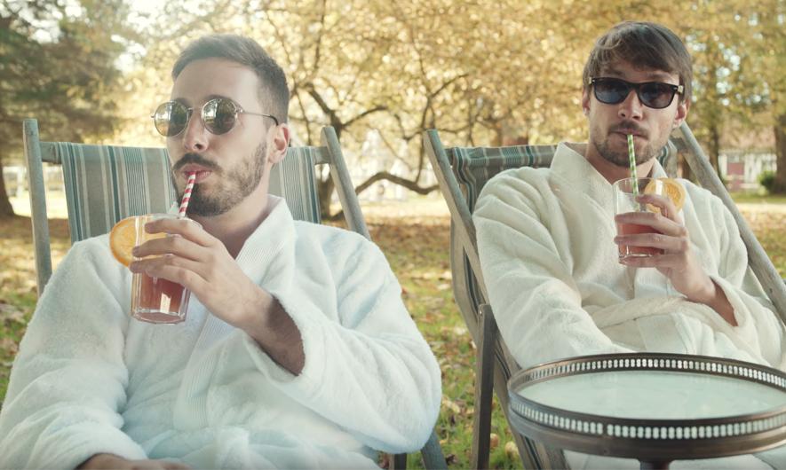 """Brice et Valentin sirotent un verre lors du tournage du clip de """"Elder Ones"""""""