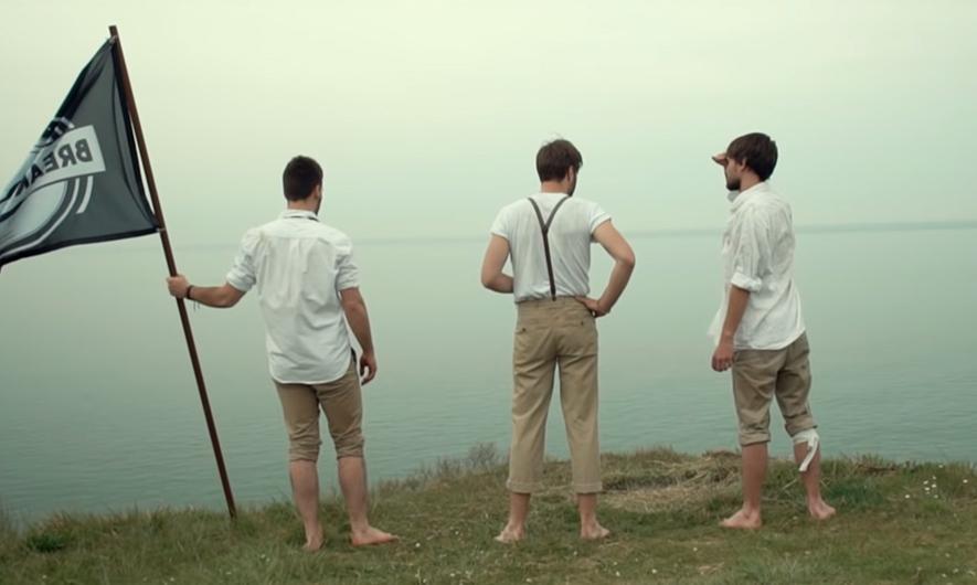 Brice Jean-François et Valentin du groupe Breaky Boxes sur le tournage de Meeting in the Dark sur les falaises Normande