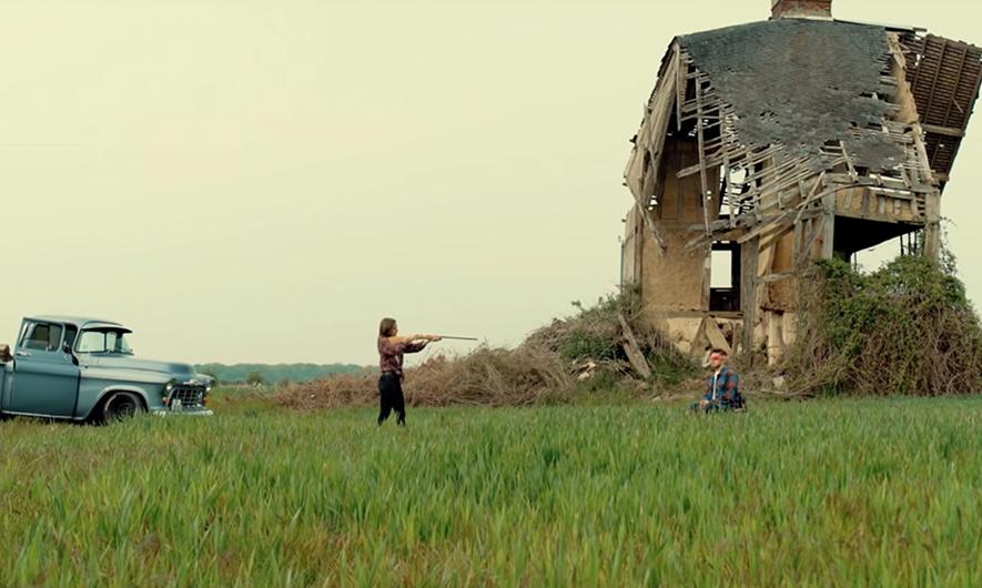 Fgfive et camille sur le tournage du clip Love or Hate scène finale devant la maison abandonnée